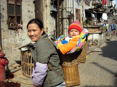 赤ちゃんを背負う籠